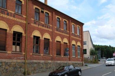 Die 1899 von Ferdinand Hofmann gebaute Fabrik an der Netzschkauer Straße in Mylau. Dort ist heute ein Lackierbetrieb angesiedelt.