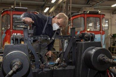 Die Kabinen der Fichtelberg-Schwebebahn werden derzeit in der Werkstatt der Regionalverkehr Erzgebirge GmbH auf Herz und Nieren geprüft - unter anderem von Vorarbeiter Matthias Loos.