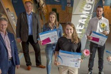 Jens Weißflog (l.) und SVS-Präsident Heiko Krause (h.) überreichten einen Teil der Preise an die Geehrten des Skiverbandes Sachsen.