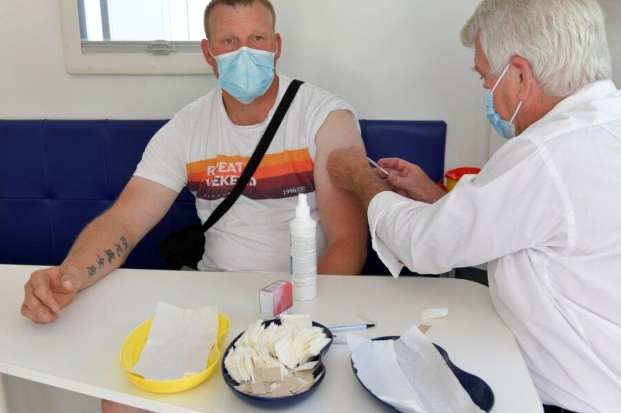 Ein mobiles Impfteam machte zum Bergstadtsommer am Samstag Station in der Erbischen Straße in Freiberg. Hier impft Dr. Bernd Johnigk Ronny Gebhardt aus Freiberg.