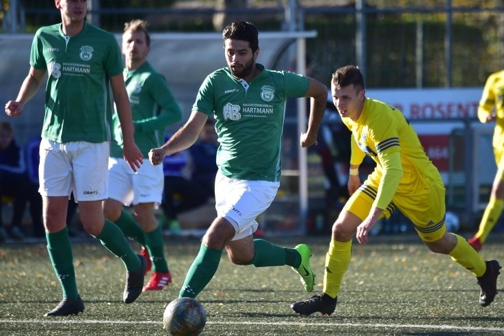 Hatte am Sonntag vor allem Defensivaufgaben zu lösen: SVL-Stürmer Rostam Geso (M.), den es ab und zu aber auch nach vorn zog.