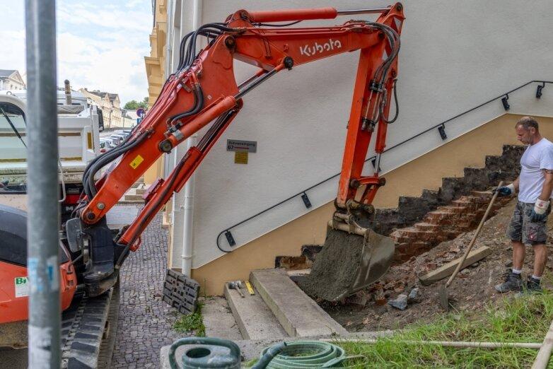 Treppe am Eduard-von-Winterstein-Theater wird repariert