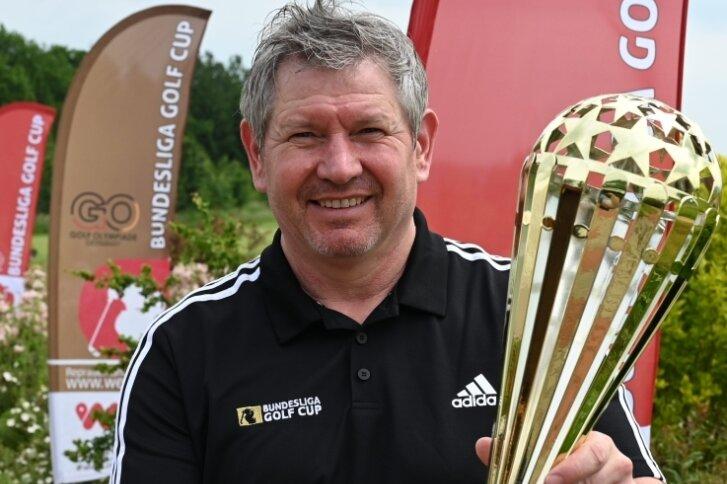 Veranstalter Jens Karluß hält die Trophäe in den Händen, um die es geht: den Bundesliga-Golf-Cup.