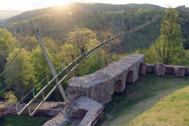 Die Planungen zu den umstrittenen Hängebrücken durch das Höllental und Lohbachtal können fortgesetzt werden. Der bayerische Umweltminister Torsten Glauber (Freie Wähler) hat den Bau genehmigt.