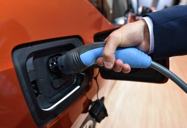 Nachdem der Stadtrat auf Betreiben der CDU der Stadtverwaltung auferlegt hat, über Sinn und Zweck eines möglichen Parkhauses nur für Elektroautos nachzudenken, hat die Verwaltung nun ihre Prüfung abgeschlossen.