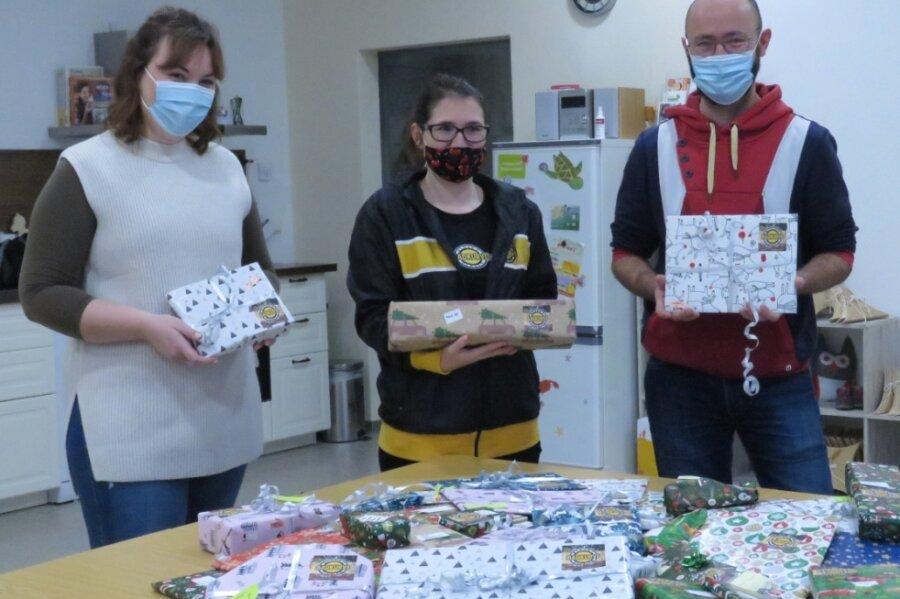 Stephanie Graß (Mitte) von den Badkurve-Fans brachte deren Weihnachtsgeschenke im Familienzentrum Junges Leben an der Jößnitzer Straße in Plauen vorbei. Laura Heinrich (links) und Lars Dörffel (rechts) freuten sich sehr über die willkommene Unterstützung ihrer Sozialarbeit.