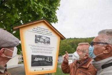 Klaus, Armin und Reiner Lippmann (von links) sind Enkel von Gustav Lippmann, vor dessen ehemaligem Fabrikgelände in Einsiedel nun eine Erinnerungstafel an den Fabrikanten erinnert.