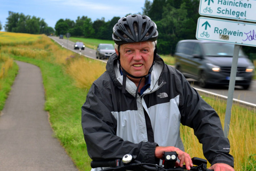 Hainichens OB Dieter Greysinger tritt selbst gern in die Pedale, so wie hier am Ende des Radwegs an der Bundesstraße 169. Doch es mangele schon an der Beschilderung der Routen im Landkreis.
