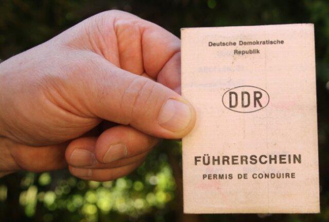 Jürgen Ullm aus Hennersdorf ist bange, ob er seinen alten DDR-Führerschein noch bis Mitte Januar umgetauscht bekommt.