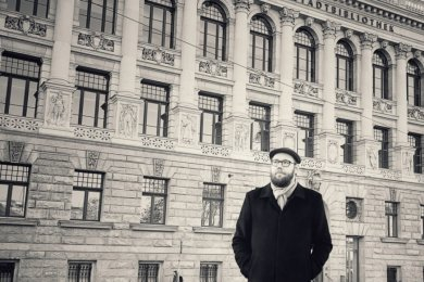 Der aus Chemnitz stammende Autor Gregor Müller vor der Leipziger Stadtbibliothek - dem einstigen Museum für Völkerkunde von 1895, das seine Sammlungen in der Kolonialzeit auf fragwürdige Weise bereicherte.