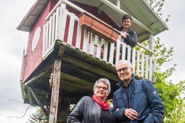 """Familie Müller-Dix: Großvater Siegfried Dix (vorn, mit seiner Frau Birgit) hat im Garten seiner Tochter in Aue vor zwölf Jahren ein Baumhaus für den Enkel Salomo gebaut. Für den heute 16-Jährigen mutete alles """"wie eine Kapitänskajüte"""" an."""