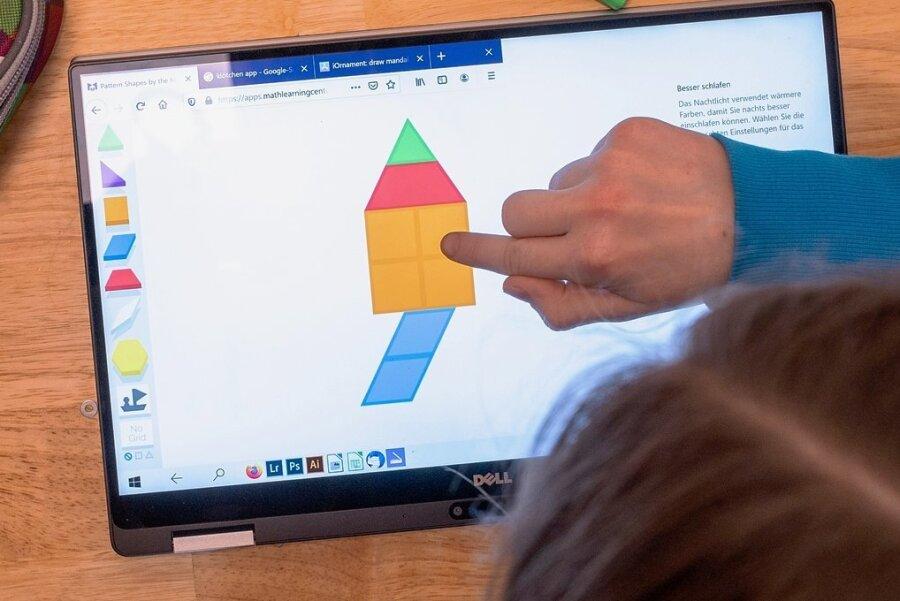Effektives Lernen am Tablet und über das Internet? In der Corona-Krise suchen Schulen nach Wegen, herkömmlichen Unterricht und die erzwungene Ferne der Pandemie miteinander zu verbinden.