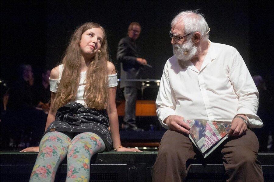 Das Mädchen xy, dargestellt von Ronja Walper, will wissen, was das Glück ist. Der mysteriöse Herr, gespielt von Heinz Wüst, soll ihr dabei helfen. Doch er schickt sie auf eine Suche quer durch Greiz.
