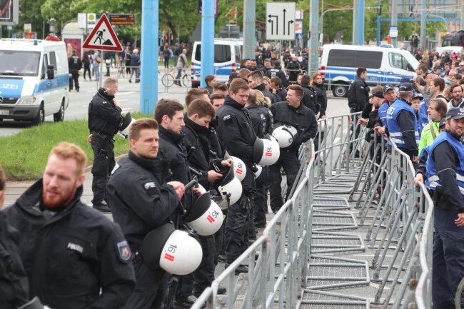 Polizisten sperren die Bahnhostraße ab.