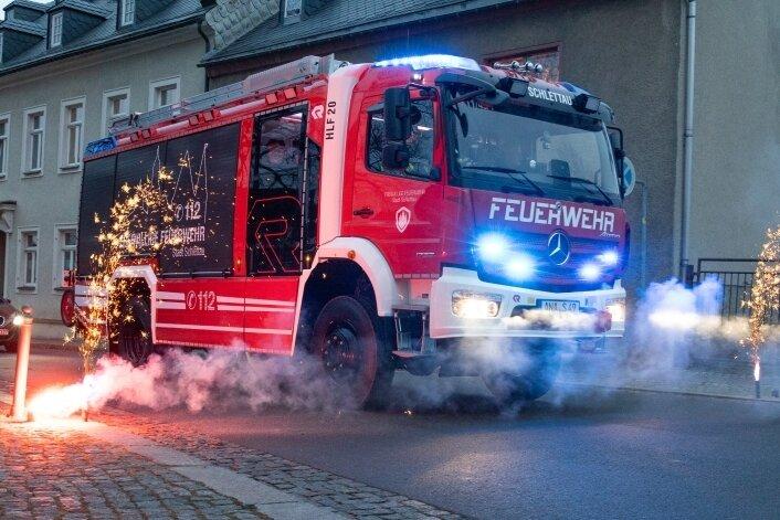 Eine große Party durfte es nicht geben. Aber die Schlettauer haben ihr neues Feuerwehrauto im wahrsten Sinne des Wortes mit einem Feuerwerk empfangen. Abgeholt wurde es wie auch das der Annaberger Wehr von einigen Kameraden direkt beim Hersteller.