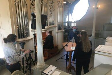 Dreh in Großolbersdorf: Nicole Fugmann-Müller (l.) und Sebastian Eberlein vom Mittel-Erzgebirgs-Fernsehen halten Annegret Bliesener und Kantor Dietmar Klemm an der Orgel mit den Kameras fest.