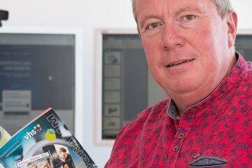 Welcher Kurs passt zu mir? Eine Antwort darauf liefert das neue Programm, das VHS-Leiter Jens Kaltofen in den Händen hält.