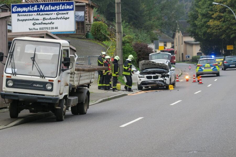 Ein Auto ist am Freitag in Zschorlau auf ein Multicar aufgefahren.
