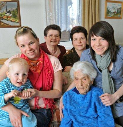 Liebevoll haben Urenkelin Lydia (24) mit Sohn Til Fabio (3), Schwiegertochter Annemarie (63), Enkeltochter Heike (44) und Urenkelin Laura (15) ihre Oma Frieda Szwillus in ihre Mitte genommen. Vier Generationen leben in Raschau unter einem Dach und helfen sich gegenseitig.