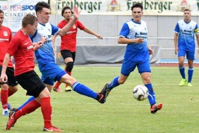 Philipp Seifert (3. v. l.) brachte die Mittweidaer gegen Stahl Riesa in der 27. Minute in Führung. Der Neuzugang erzielte damit sein erstes Pflichtspieltor. Am kommenden Wochenende hat Germania spielfrei, da die 2. Runde im Sachsenpokal ansteht. Mittweida verzichtet auf den Wettbewerb.