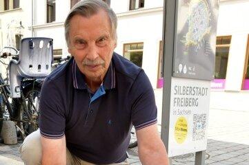 So kannte man ihn: Michael Düsing, Leiter der Geschichtswerkstatt Freiberg, an einem Stolperstein an der Burgstraße/Ecke Thielestraße in Freiberg.