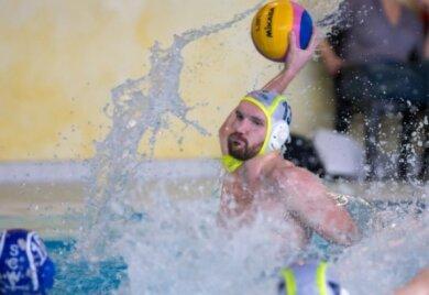 Noch vor Corona: SVV-Kapitän Christian Schneider beim Wurf. Nun sind die Wasserballer des SVV Plauen Meister der 2. Liga Ost. Die Punktespielsaison wurde offiziell beendet.