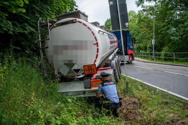 Ein Lkw ist zwischen Rochlitz und Biesern von der Fahrbahn abgekommen.