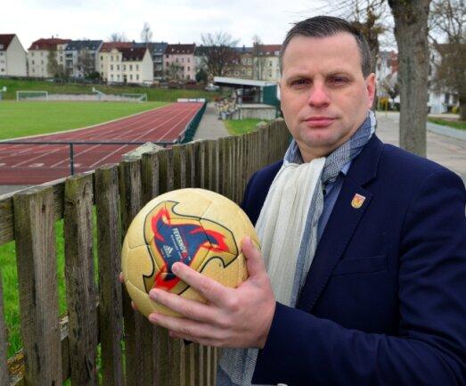 In Mittelsachsen rollt in der Saison 2020/21 kein Ball mehr: Auch Andreas Schramm, Präsident des Fußball-Kreisverbandes, kommt derzeit nicht auf den Platz - hier an der Jahnkampfbahn in Frankenberg.