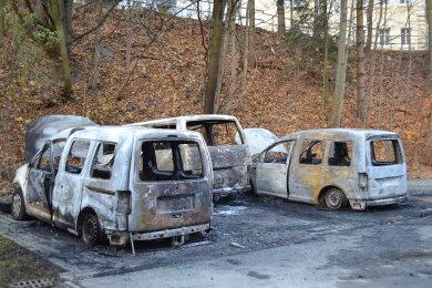Die ausgebrannten Fahrzeuge.