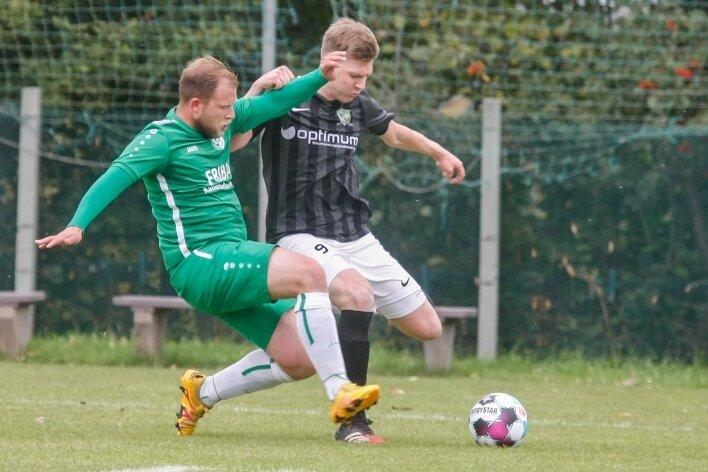 Der Reichenbrander Chris Bohlken (links) versucht den Klaffenbacher Paul Munzert zu stoppen. Reichenbrand gewann das Derby mit 3:0.