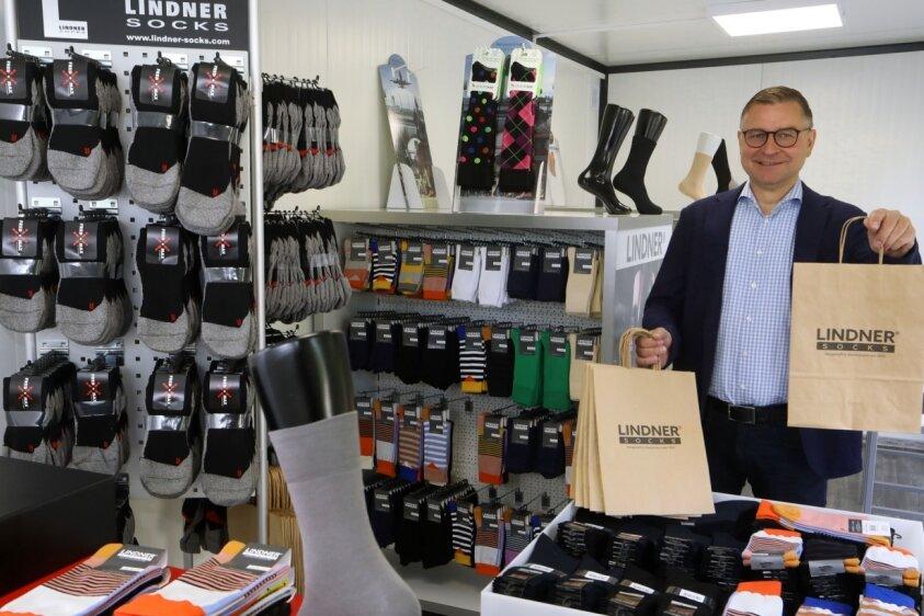 """Der Verkauf in der """"Sockenbox"""" startet am heutigen Mittwoch. Thomas Lindner führt die Geschäfte des Strumpfwerkes Lindner in vierter Generation. 1912 zog die Firma an die Goldbachstraße. Mit Blick in die Zukunft widmet sich das Unternehmen aktuell verschiedenen Innovation."""