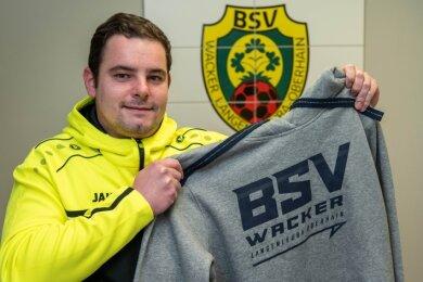 Florian Seifert, Vorstandsmitglied und Spieler beim BSV Wacker, zeigt einen der Fanartikel, die zugunsten des Vereins über einen Onlineshop erworben werden können. Auch Fan-Shirts werden dort angeboten.