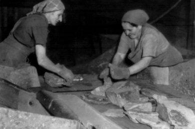 Am Leseband des Karl-Marx-Werkes arbeiteten meistens Frauen (um 1955).