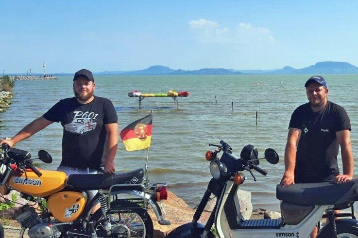 Das Beweisfoto: Die beiden Gahlenzer Steve Paul (27) und Markus Paul (36) haben in diesem August ihren Simson-Mobilen den Balaton in Ungarn gezeigt.