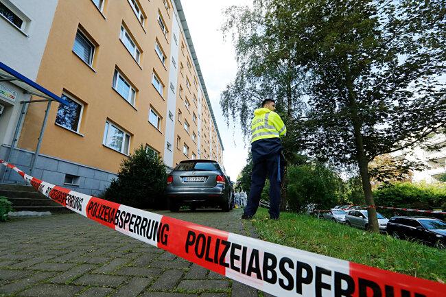 In einer Wohnung dieses Sechsgeschossers wurde am Montagmorgen eine Leiche entdeckt. Stunden zuvor hatte ein Passant den Wohnungsinhaber in der Nähe schwer verletzt auf einer Straße liegend gefunden.