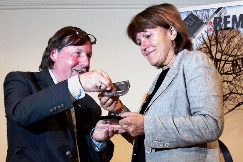 """Christoph Heubner vom Internationalen Auschwitz Komitee hatte Pia Findeiß im November mit der """"Statue B"""" geehrt."""
