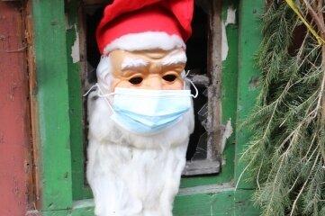 Der Weihnachtsmann hat wieder in der Hütte Quartier bezogen. Diesmal sitzt er seit seiner Einreise allerdings in Quarantäne. Ans Fenster darf er nur mit Maske.