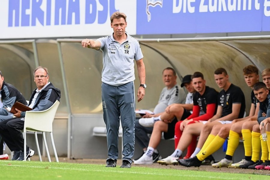 VfB-Trainer Sven Köhler dirigiert an der Seitenlinie.