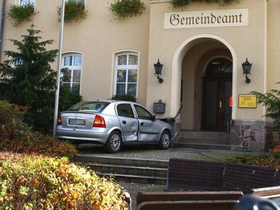 Bei einem Unfall in Hohndorf verpasste ein Opel-Fahrer knapp die Eingangstür des Gemeindehauses.
