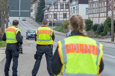 Polizeikontrollen an Zufahrtsstraßen in Zwickau, um mögliche Spontandemos zu verhindern.