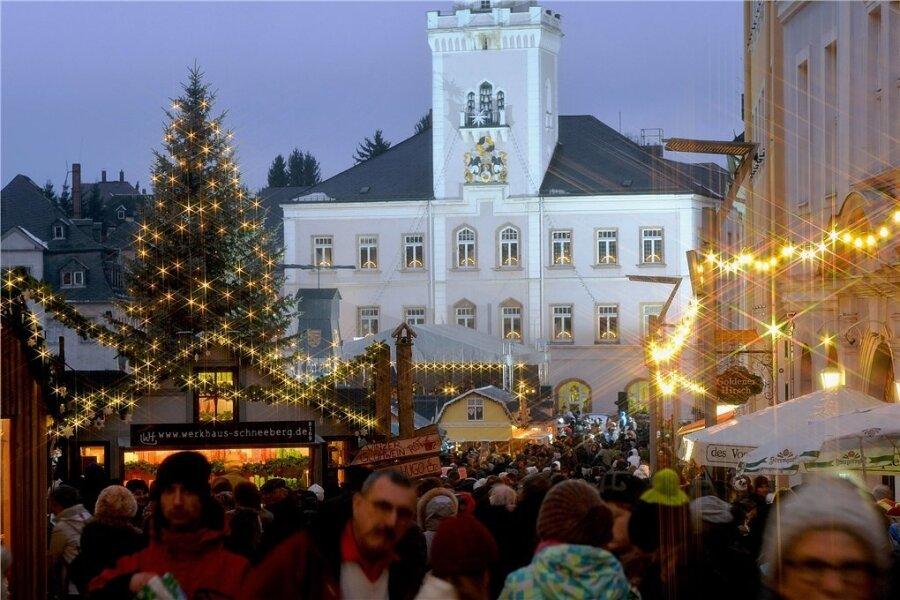 So festlich geschmückt im Glanz der Lichter soll der Weihnachtsmarkt in Schneeberg in diesem Jahr wieder erstrahlen. Foto: Hendrik Schmidt/dpa/Archiv