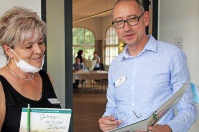 Seniorenheime-Geschäftsführer Steffen Köcher bespricht sich mit Pflegedienstleiterin Silvia Ritzschel vor dem Speed-Dating-Raum im Haus Fernesiechen.