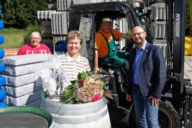 Nach 47 Jahren Arbeit in der Baustoffhandelsgenossenschaft geht Gudrun Dietrich in Rente. Ihr Kollege Gunter Wagner sowie Bürgermeister Daniel Röthig (rechts) und Ortsvorsteher Frank Haupt (links) verabschiedeten sie. Jetzt steht zunächst eine Urlaubsfahrt für sie an.