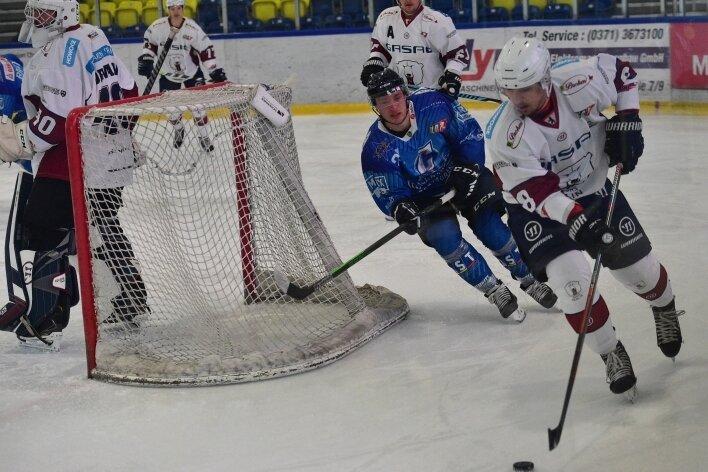 Die Chemnitz Crashers um Sebastian Kneuse (in blau) konnten mit dem 6:2 gegen die Eisbären Juniors wieder einen Erfolg feiern.