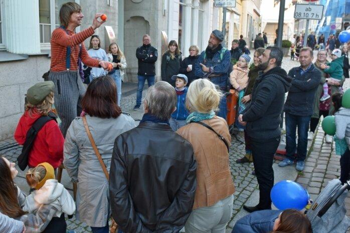 Jongleur und Artist Janko vom Straßentheater Raduga wusste sein Publikum mit Tricks zu begeistern.