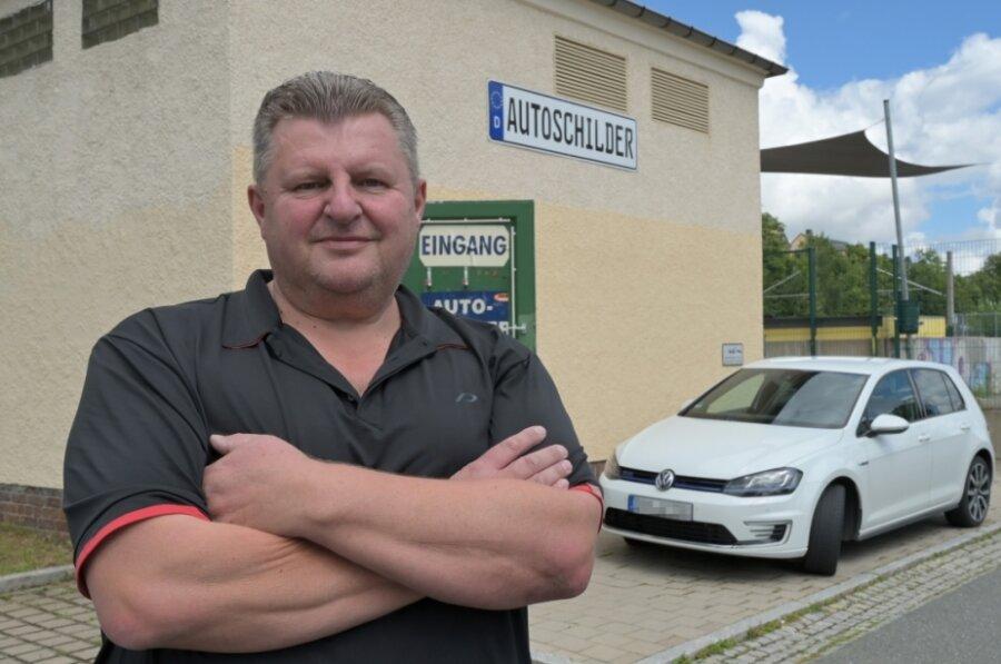 Detlef Busch ist vor zehn Jahren in die ehemalige Trafostation am Bahnhof gezogen, um dort Autoschilder zu verkaufen. Vermietet wird das Gebäude von der Stadt. Buschs Vertrag wurde allerdings gekündigt. In einem Bieterverfahren wird entschieden, wer ab dem 1. September einziehen darf.
