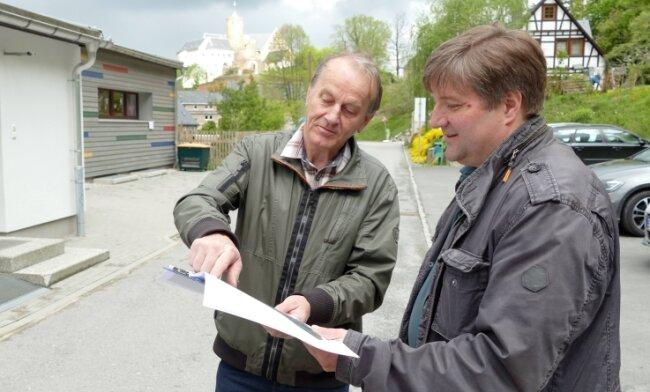 Vor der Scharfensteiner Kita tauschen sich der ehemalige Bauamtsleiter Volker Helbig (links) und sein Nachfolger Thomas Berger aus.