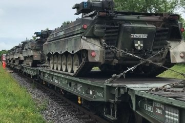 20 Militärfahrzeuge, darunter18 Panzer, wurden am Mittwoch in Marienberg verladen.