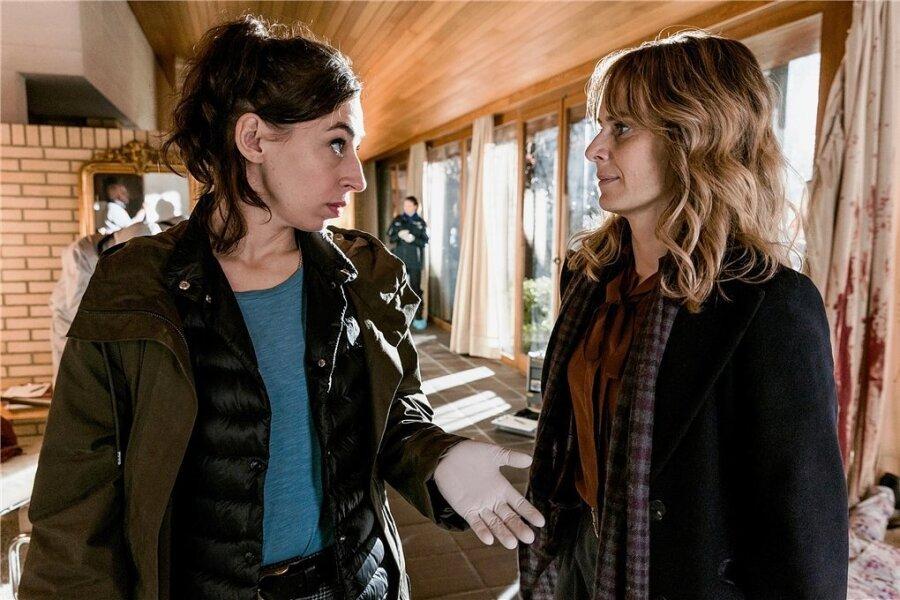 Kommissarin Isabelle Grandjean (Anna Pieri Zuercher, re.) und ihre Kollegin Tessa Ott (Carol Schuler) verstehen sich nicht.