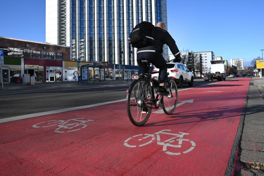 Die neue Spur für Radfahrer auf der Brückenstraße